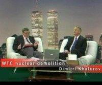 Dmitri Khalezov (der) en una entrevista sobre el tema