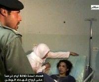 Imagen del video transmitido el miércoles, 10 de agosto del 2011 por la televisión libia muestra al hijo menor del líder Moamar Gadafi, Khamis Gadafi, izquierda, visitando un hospital de Trípoli el martes, 9 de agosto del 2011. Foto: AP/Televisión Libia