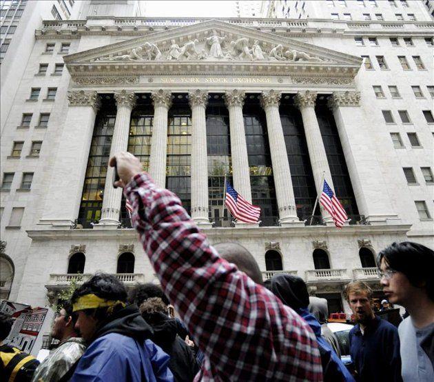 Un grupo de jóvenes se manifiesta ante la sede de la bolsa de Nueva York, en Wall Street, Nueva York, EE.UU., este 20 de septiembre . Foto: EFE