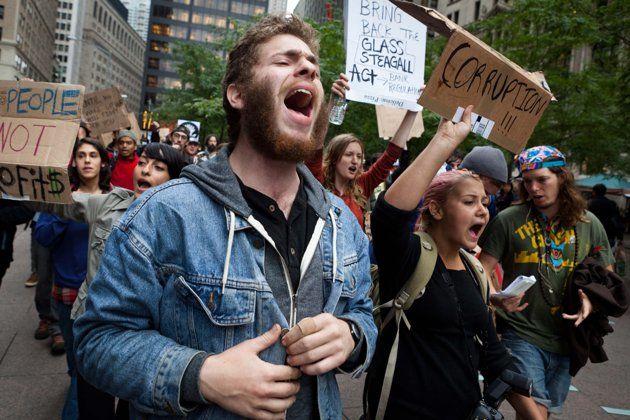 Cientos de manifestantes que protestan contra las corporaciones marchan del parque Zucottia a la Bolsa de Valores en Wall Street, el martes 20 de septiembre del 2011, en Manhattan, Nueva York. (Foto AP/John Minchillo)