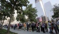 Visitantes hacen fila para ingresar a una plaza en memoria de las víctimas de los atentados terroristas del 11 de septiembre del 2001, en los sitios exactos en los que alguna vez se alzaron las Torres Gemelas del Centro de Comercio Mundial. Foto: AP/Mike Segar