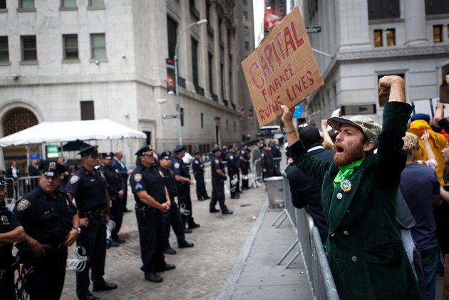 Indigados de Wall Street protestan. (Foto AP/John Minchillo)
