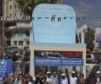 Los que se manifestaron por la independencia palestina en la plaza Al Manara cargaban un sillón. Foto: EFE