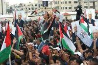 Miles de palestinos reciben como heroe a Abbas Ramala