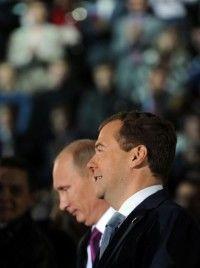El presidente de Rusia, Dimitri Medvedev (dcha), y el primer ministro, Vladimir Putin, en una aparición conjunta en el congreso de Rusia Unida, su partido, este sábado en Moscú. Foto: AFP
