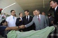 Sarkozy y Cameron junto al líder del CNT visitan a un herido en un hospital en Trípoli. Foto: REUTERS