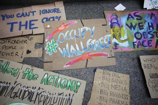 Un grupo de carteles del movimiento ocupa de Wall Street es visto en el Zuccotti Park, de Nueva York, el 26 de septiembre. (AP/Mark Lennihan)