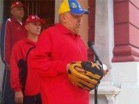 Chávez jugando softbol este 29 de octubre de 2011 con los Ministros