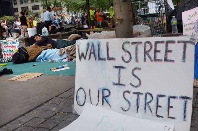 """Un cartel que dice """"Wall Street es nuestra calle"""" es visto cerca de un grupo de manifestantes acampados en las inmediaciones del distrito financiero, en Nueva York, el 26 de septiembre. (Spencer Platt/Getty Images)"""