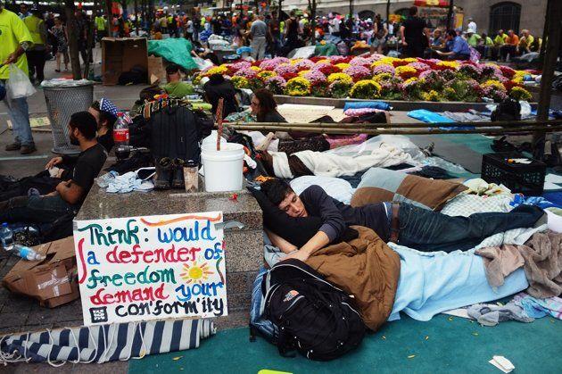 Manifestantes duermen las calles del Distrito Financiero de Nueva York, cerca de Wall Street, el 26 de septiembre. (Spencer Platt/Getty Images)
