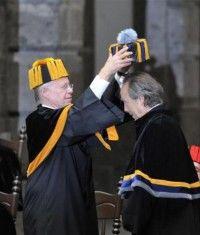 Joan Manuel Serrat recibe el Honoris Causa que le fue otorgado por la UNAM. Foto: EFE