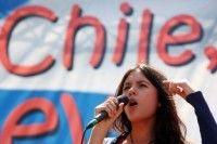La líder estudiantil chilena Camila Vallejo se dirige a la multitud el segundo día de una protesta de 48 horas para presionar al gobiero de Sebastián Piñera. Los estudiantes piden una reforma de la educación chilena. Foto: AFP