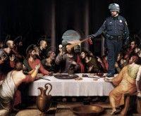 Gracias al Photoshop y al montaje, el teniente aparece ahora arremetiendo conta todo