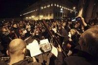 Italianos tomas las calles en un fiesta popular celebrando la salida de Berlusconi. Foto: EFE