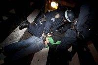 Un manifestante del movimiento de Ocupemos Wall Street es arrestado por la policía. Foto: AP/John Minchillo