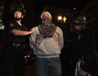 Un activista del movimiento Ocupa Los Angeles es detenido por la polícia. Foto: AFP