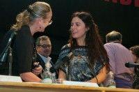 """La Presidenta de la FECh, Camila Vallejo, firmó algunos ejemplares en el lanzamiento del libro """"Otro Chile es posible"""", en la 34° feria del Internacional libro, que se realiza en la Estación Mapocho. Foto: UCI"""