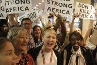 Manifestantes gritan durante una protesta dentro del edificio en el que se realiza la conferencia climática de la ONU en la ciudad de Durban, Sudáfrica. Foto: AP/Schalk van Zuydam