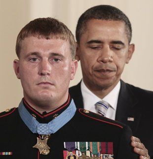 Dakota Meyer recibe su Medalla de Honor de las manos de Obama. Foto: AP