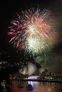 Fuegos artificales estallan sobre la Csa de la Ópera en Sydney, Australia, para saludar el arribo del Año Nuevo, el sábado, 31 de diciembre del 2011. Foto: AP/Rick Rycroft
