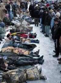Varias personas miran un grupo de cadáveres que yacen en el piso después de que la fuerza aérea de Turquía atacó a presuntos rebeldes curdos en la frontera con Irak, y posteriormente reconoció que cometió un error y mató a civiles, cerca del poblado turco de Ortasu en la provincia de Sirnak, Turquía, el 29 de diciembre de 2011. Foto: AP