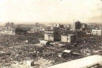 Edificios aplastados después de la explosión en Hiroshima se muestran en el álbum de fotos de un soldado británico