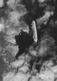Esta imagen tomada por el satélite el 17 de enero muestra el casco del crucero de lujo Costa Concordia, que encalló cerca de la pequeña isla toscana de Isola del Giglio, en Italia. A medida que el Costa Concordia continúa hundiéndose en el lecho rocoso, muchos temen la posibilidad de un desastre ambiental si las 2.300 toneladas de combustible que contiene se derraman. (AP Photo/DigitalGlobe)