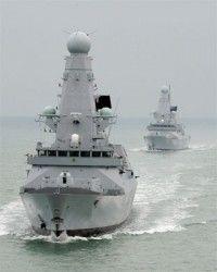 """Fotografía de archivo del 15 de febrero de 2010 de los barcos """"HMS Dauntless"""" (i) y """"HMS Daring"""" (d) abandonado Portsmouth, Inglaterra. Foto: EFE"""