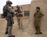 Soldados británicos detienen a un niño afgano. Foto: AFP