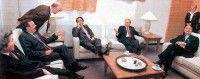 Aznar y Bush con los pies encima de la mesa en una reunion del G8