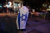 Hombre con bandera Israel. Foto: Reuters