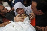 La madre de un palestino muerto en los ataques israelíes le besa en su funeral, este domingo en Gaza. Foto: AFP