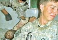 Soldados norteamericanos posan con cadáveres de afganos
