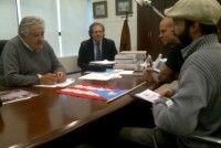 El vocalista René Pérez, de Calle 13, se reunió ayer con el presidente uruguayo José Mujica.