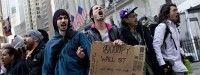 Manifestantes del movimiento Occupy protestan en la esquina de Wall Street con la calle Nassau. Foto: Reuters