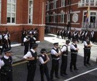 La policía británica rodea el edificio de la embajada de Ecuador en Londres.