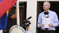 Suecia solicita la extradición y Julian Assange se presenta a la justicia británica para responder a estas incriminaciones de Suecia.