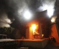 El consulado de Estados Unidos en Bengasi en llamas
