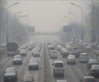 Vista de una carretera cubierta por una nube de polución. EFE
