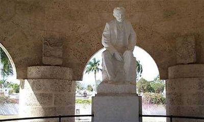 Homenaje de antiterrorista cubano ante tumba de José Martí.