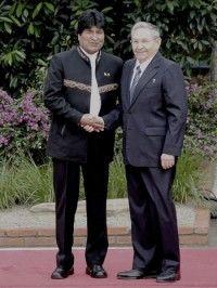 Evo recibió a Raúl antes del inicio de la sesión plenaria este domingo. Foto: Estudio Revolución