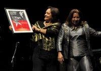 Arleen Rodriguez recibe reconocimiento de la FMC en Gala por el 15 Aniversario de la Mesa Redonda. Foto: Roberto Garaicoa.