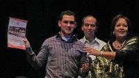 Arleen Rodriguez y Rogelio Polanco le entregan diploma a Elian Gonzalez, la por el 15 Aniversario de la Mesa Redonda. Foto: Ismael Francisco/Cubadebate.