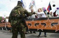 Miles de personas participaron en una marcha para marcar el primer aniversario de la región independiente de Donietsk. Foto Reuters.