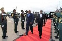 El vicepresidente del Consejo de Estado de Cuba, Salvador Valdés Mesa (izquierda), es recibido por el ministro angolano de Agricultura, Pedro Canga, en el aeropuerto internacional de Luanda. Foto: Prensa Latina.