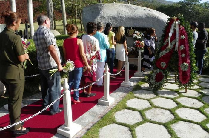 Ante la roca monumento tuvo lugar el homenaje a Vilma. Foto: Eduardo Palomares . Granma.
