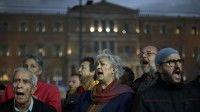 Griegos protestas frente al parlamento ante políticas de ajuste económico.