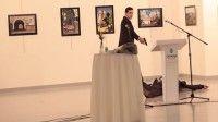 Un agente de policía vestido de traje asesina fríamente al embajador ruso en Turquía por la espalda.