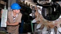Trabajador en plena faena en la Planta Mecánica en Villa Clara