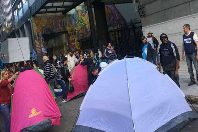 Educadores argentinos acampan frente al Ministerio de Educación